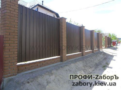 Забор с кирпичными столбами в Киеве